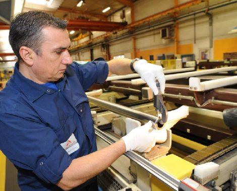 Inspection visuelle au contrôle final des tubes.  AREVA, Cezus, usine de Montreuil Juigné.